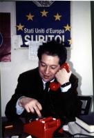 "Marco Taradash, seduto sotto il manifesto radicale: ""Stati Uniti d'Europa subito!""."