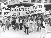 Carovana per il disarmo Bruxelles-Varsavia. Manifestanti con striscione (BN)