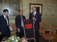 Kok Ksor (leader dei montagnards), ricevuto da Pierferdinando Casini (Presidente della Camera dei Deputati). A sinistra: Daniele Capezzone.