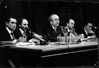 Enzo Tortora (primo a sinistra) seduto dietro a un tavolo da conferenza, insieme a Giovanni Spadolini (al centro).