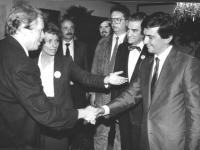 Il presidente della Cecoslovacchia Vaclav Havel (drammaturgo, ex dissidente, ex detenuto politico) stringe la mano a Giovanni Negri presentato da Emma