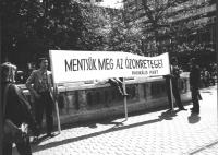 Manifestazione ecologista a difesa dell'ozono.Pezzuto e Rutelli reggono uno striscione scritto in ungherese e firmato Radikàlis Pàrt. Si tratta della