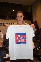 """Alina Fernandez, figlia di Fidel Castro, dissidente cubana, tiene in mano la T-shirt, prodotta dai Radicali di Roma, """"Cuba no es libre"""". (In occasione"""