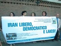 """Manifestazione per la democrazia in Iran, presso l'ambasciata iraniana. Striscione: """"Iran libero democratico e laico"""". Dietro lo striscione: Simone Sa"""