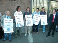 Manifestazione per la democrazia in Iran, presso l'ambasciata iraniana. Da sinistra: Sergio Stanzani, Diego Galli, ???, Matteo Angioli, Marco Valerio