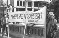 Manifestazione ecologista a difesa dell'ozono. Pezzuto e Faccio reggono uno striscione scritto in ungherese e firmato Radikàlis Pàrt. Si tratta della