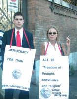 Manifestazione per la democrazia in Iran. Daniele Capezzone insieme a una mlilitante radicale.
