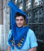 Manifestazione per la democrazia in Iran. Matteo Angioli si copre il viso con la bandiera del PR, quasi a mo' di burqa.