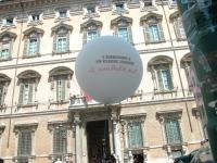 """Palloncino con lo slogan: """"L'embrione è un essere umano - Il malato no"""", di fronte alla facciata di palazzo Madama (in occasione della staffetta orato"""