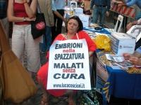 """Silvana Bonancini (al collo ha il cartello: """"Embrioni nella spazzatura malati senza cura) in occasione della staffetta oratoria davanti al Senato, men"""