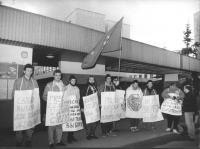 Manifestazione radicale davanti all'ambasciata polacca a Mosca contro la proposta di abrogazione dell'aborto in Polonia. (BN) Cartelli al collo in cir