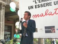 Benedetto Della Vedova partecipa alla staffetta oratoria davanti al Senato, mentre è in corso la discussione sul disegno di legge sulla fecondazione m