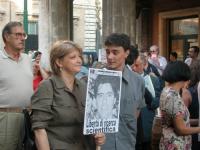 Rita Bernardini e Matteo Angioli assistono alla staffetta oratoria davanti al Senato, mentre è in corso la discussione sul disegno di legge sulla feco