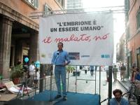 Diego Sabatinelli partecipa alla staffetta oratoria davanti al Senato, mentre è in corso la discussione sul disegno di legge sulla fecondazione medica