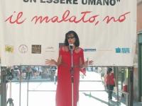 Chiara Acciarini (senatrice DC) interviene alla  staffetta oratoria davanti al Senato, mentre è in corso la discussione sul disegno di legge sulla fec