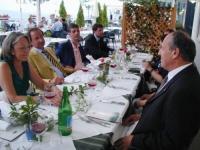 Tavolo di un ristorante. Sono presenti fra gli altri: Oumar Khanbiev (ministro della Sanità del governo ceceno) e Olivier Dupuis.