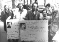 Manifestazione per Ida Nudel e gli altri refuznik (ebrei sovietici). Leonid Plioutsch e Dell'Alba con cartelli al collo davanti al parlamento europeo.