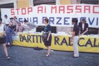 "Tavolo a Fontana de Trevi, sormontato dalla scritta: ""Stop ai massacri in Bosnia Erzegovina""."