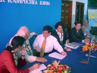 Incontro della delegazione radicale in Cambogia (in vista delle elezioni di luglio) con lla Khmer Kampuchea Krom Community.  Al tavolo, a destra di Ma