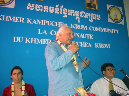 Incontro della delegazione radicale in Cambogia (in vista delle elezioni di luglio) con lla Khmer Kampuchea Krom Community.  Al microfono: Marco Panne