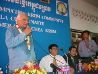 Incontro della delegazione radicale in Cambogia (in vista delle elezioni di luglio) con lla Khmer Kampuchea Krom Community.  Al microfono, Marco Panne