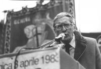 Marcia di Pasqua '83. Robert Parry, rappresentante dei laburisti inglesi, parla dal palco. (BN)