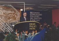 Gianni Lanzinger parla dalla tribuna del 2° congresso italiano del PR