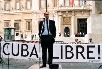 """Maratona oratoria davanti a Montecitorio per la libertà a Cuba, promossa dal quotidiano """"L'opinione"""". Al microfono: ???"""