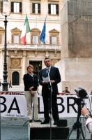"""Maratona oratoria davanti a Montecitorio per la libertà a Cuba, promossa dal quotidiano """"L'opinione"""". Al microfono: Arturo Diaconale. Al suo fianco: R"""