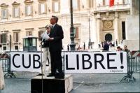 """Maratona oratoria davanti a Montecitorio per la libertà a Cuba, promossa dal quotidiano """"L'opinione"""". Al microfono: Arturo Diaconale. Accanto a lui: R"""