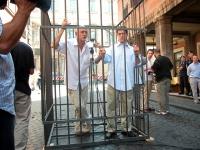 """Conferenza stampa di Sergio D'Elia e Daniele Capezzone, all'interno di una gabbia, affinché il Senato approvi la legge sul cosiddetto """"indultino"""" prim"""