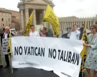 Manifestazione contro le ingerenze del Vaticano nelle libere scelte degli Stati, e per il riconoscimento legale delle coppie omosessuali. Striscione: