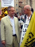 Franco Grillini (Arcigay) e Sergio D'Elia, nel corso della manifestazione contro le ingerenze del Vaticano nelle libere scelte degli Stati, e per il r