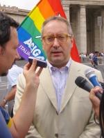 Franco Grillini (Arcigay) nel corso della manifestazione contro le ingerenze del Vaticano nelle libere scelte degli Stati, e per il riconoscimento leg