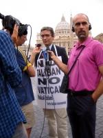 Maurizio Turco, intervistato da giornalisti, nel corso della manifestazione contro le ingerenze del Vaticano nelle libere scelte degli Stati, e per il