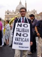 Maurizio Turco, nel corso della manifestazione contro le ingerenze del Vaticano nelle libere scelte degli Stati, e per il riconoscimento legale delle
