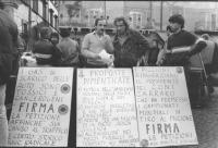 Manifestazione a piazza Navona per la chiusura alle auto del centro storico di Roma. Primo Mastrantoni e Paolo Guerra con cartelli per la firma di pet