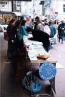 Tavolo di raccolta di firme per gli Stati Uniti d'Europa, a Rue Neuve. Si riconoscono: Nathalie Cahay, e Michel Clette (in terzo piano, dietro il tavo