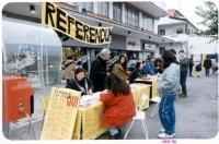 Tavolo di raccolta firme sui 20 referendum. In piedi, dietro il tavolo, Tommaso Del Franco.
