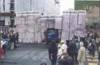 """Manifestazione per la consegna delle firme sui 20 referendum alla Corte di Cassazione. Un furgoncino (sullo sportello posteriore la scritta: """"Stiamo c"""