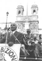 comizio di Pannella sulla scalinata di piazza di Spagna, logo antiproibizionista per le comunali di Roma '89. (BN) bella