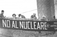 """""""Striscione: """"""""no al nucleare"""""""" con delle anziane donne (BN) buona"""""""