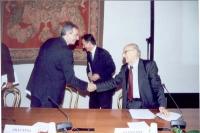 Sergio Stanzani stringe la mano a Walter Veltroni (sindaco di Roma) in occasione della celebrazione del V anniversario dell'adozione dello Statuto di