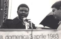 Marcia di Pasqua '83. L'ambasciatore a Roma del Lesotho parla dal palco. (BN)