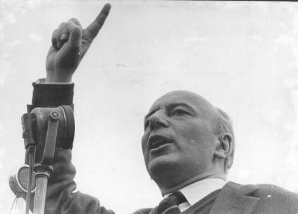 ritratto di Giancarlo Pajetta mentre parla ad un comizio per le politiche del '63  (BN)