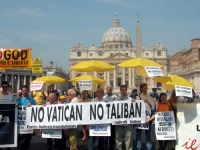"""Manifestazione """"No Taliban No Vatican - per la libertà di ricerca scientifica"""". nella piazza antistante San Pietro. Nella foto, da sinistra: Michele D"""