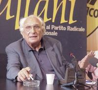 """Marco Pannella (al quinto giorno di sciopero della fame), durante una conferenza stampa, presso la sede di Torre Argentina, sul """"caso Sofri""""."""