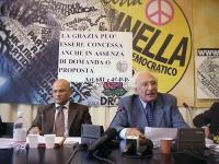 """Conferenza stampa di Giuseppe Rossodivita (avvocato) e Marco Pannella, sul caso Sofri. Fra loro, è affisso il cartello: """"La grazia può essere concessa"""