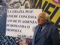 """Conferenza stampa di Marco Pannella e dell'avvocato Giuseppe Rossodivita sul caso Sofri. Marco Pannella mostra alla stampa il cartello:  """"La grazia pu"""
