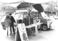 Tavolo con furgone e cartelli elettorali del PR. Militanti tra cui Lucio Bertè in coda davanti al tribunale per depositare per primi la lista elettora